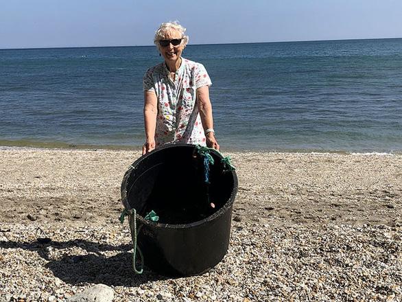 Nữ chiến binh rác 70 tuổi dọn rác 52 bãi biển - Ảnh 10.