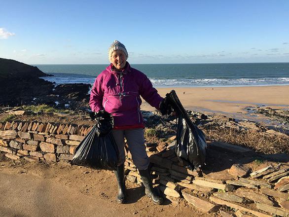 Nữ chiến binh rác 70 tuổi dọn rác 52 bãi biển - Ảnh 3.