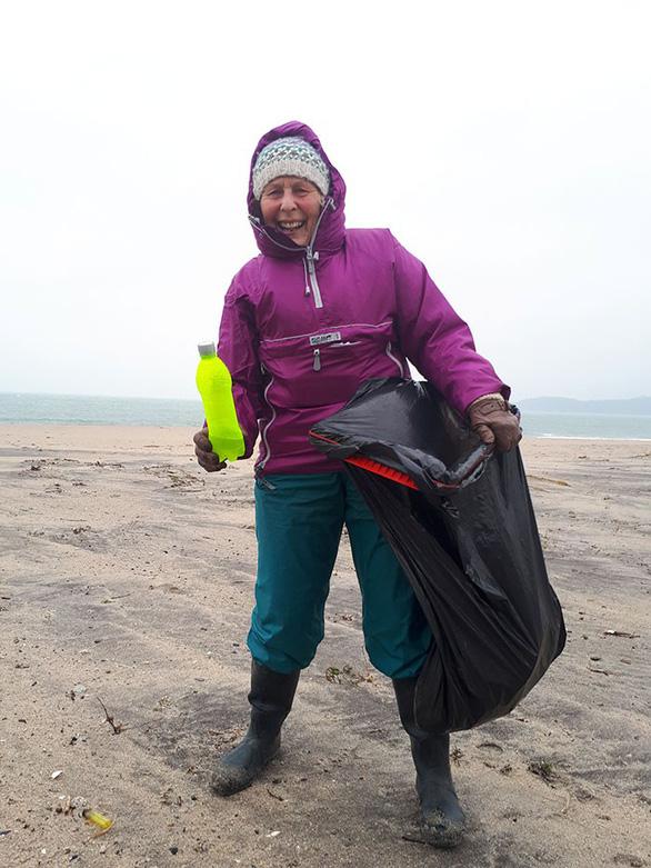 Nữ chiến binh rác 70 tuổi dọn rác 52 bãi biển - Ảnh 9.