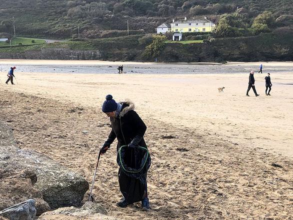 Nữ chiến binh rác 70 tuổi dọn rác 52 bãi biển - Ảnh 2.