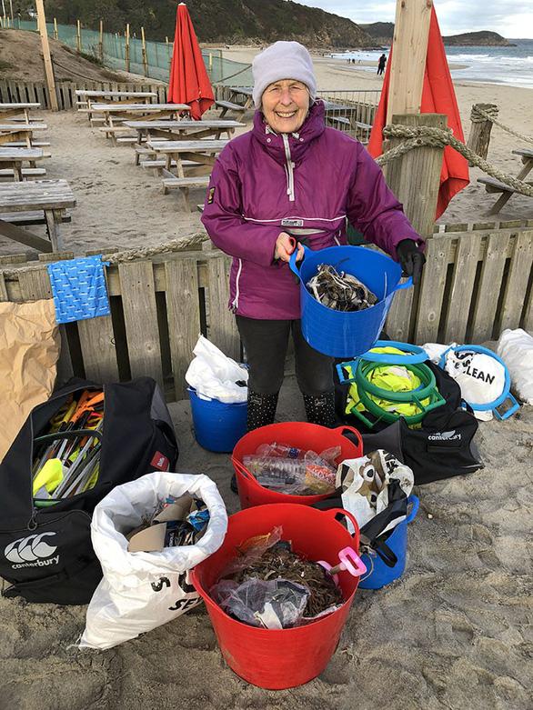 Nữ chiến binh rác 70 tuổi dọn rác 52 bãi biển - Ảnh 11.