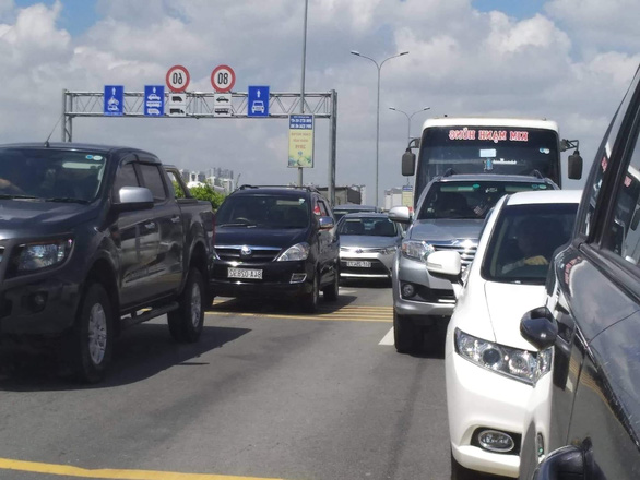 Kẹt xe không nhúc nhích trên cao tốc TP.HCM - Long Thành - Dầu Giây suốt 3 giờ - Ảnh 1.