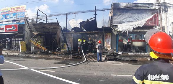 6 xe và 50 cảnh sát PCCC không cứu được 3 căn nhà mặt tiền cháy rụi - Ảnh 1.