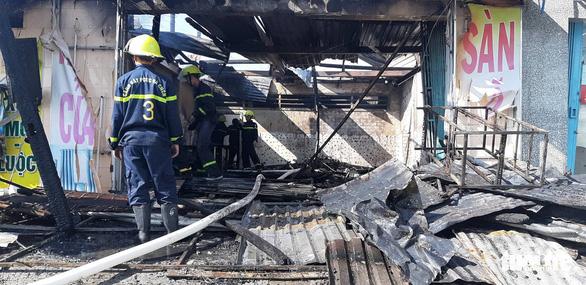 6 xe và 50 cảnh sát PCCC không cứu được 3 căn nhà mặt tiền cháy rụi - Ảnh 2.