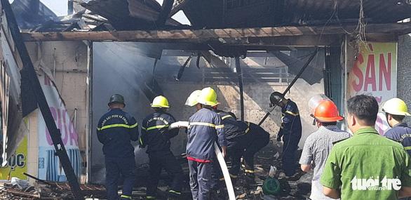 6 xe và 50 cảnh sát PCCC không cứu được 3 căn nhà mặt tiền cháy rụi - Ảnh 3.