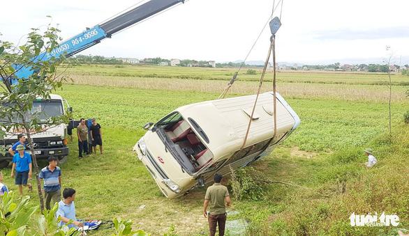 Nghi bị nữ công nhân nắm tay, tài xế làm xe mất lái lật xuống ruộng - Ảnh 3.