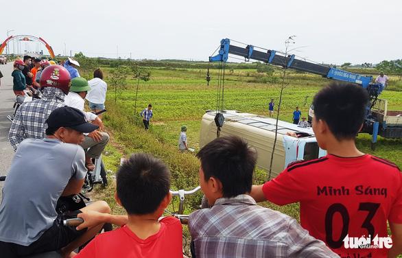 Nghi bị nữ công nhân nắm tay, tài xế làm xe mất lái lật xuống ruộng - Ảnh 1.