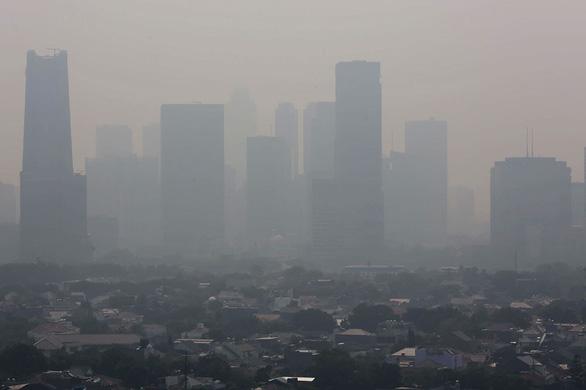 Bị kiện, Jakarta làm mưa nhân tạo để giảm ô nhiễm - Ảnh 1.