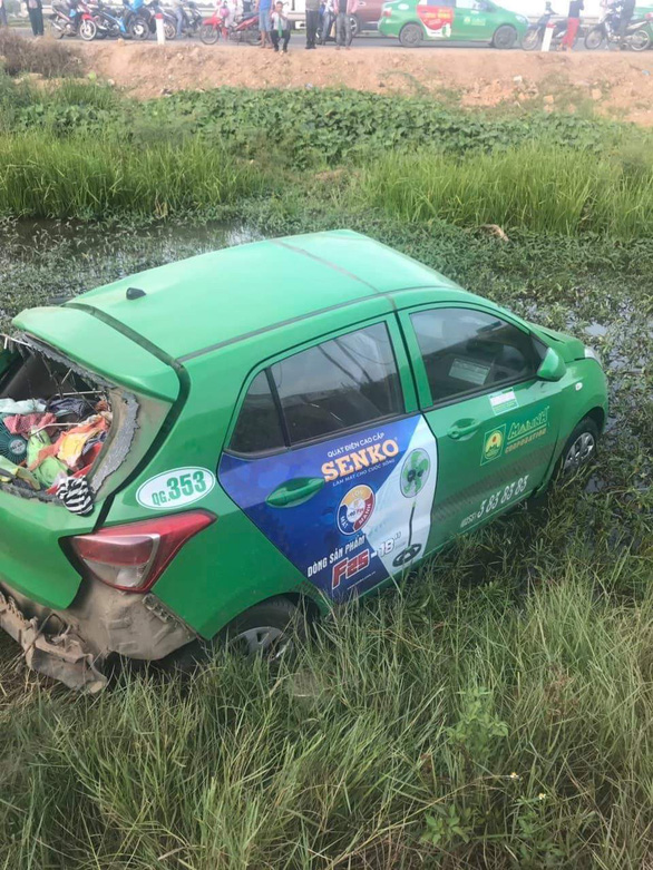 Tàu SE1 tông xe taxi Mai Linh văng hàng chục mét, 2 người chết, 3 bị thương - Ảnh 2.