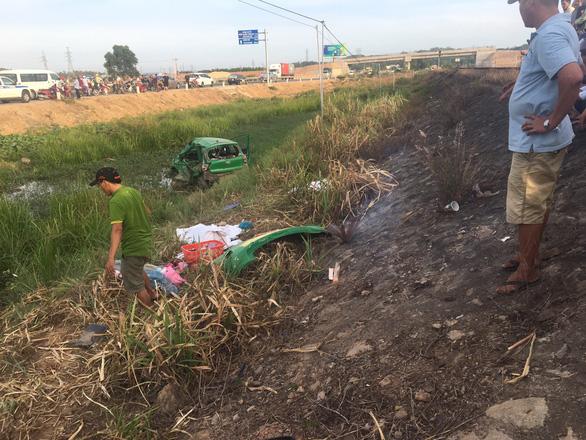 Tàu SE1 tông xe taxi Mai Linh văng hàng chục mét, 2 người chết, 3 bị thương - Ảnh 4.