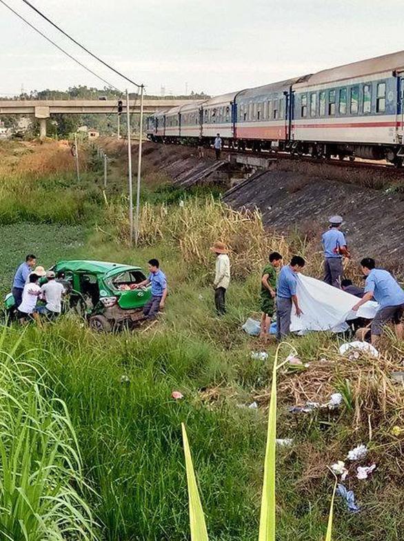 Tàu SE1 tông xe taxi Mai Linh văng hàng chục mét, 2 người chết, 3 bị thương - Ảnh 3.