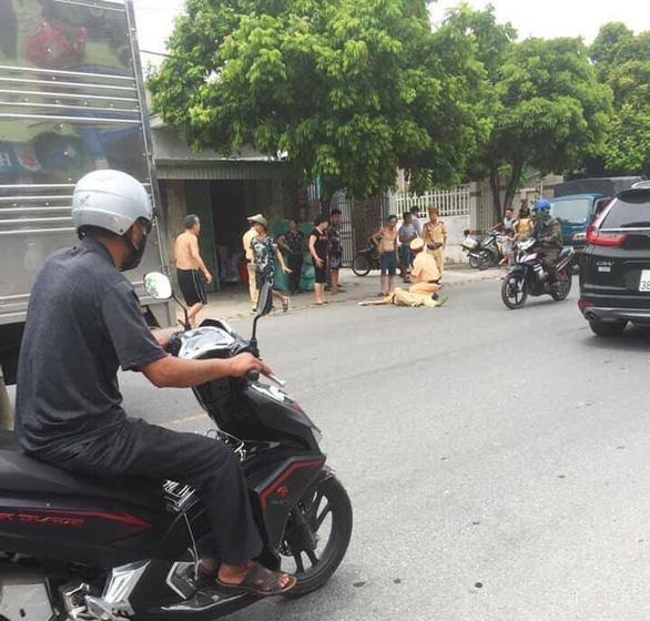 Nam thanh niên lái xe máy tông trực diện, hất văng chiến sĩ cảnh sát - Ảnh 3.