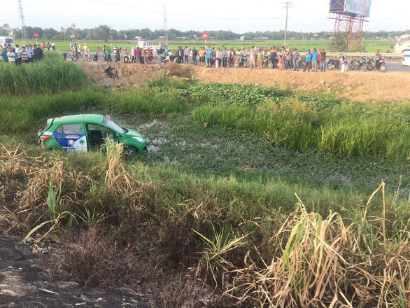 Tàu SE1 tông xe taxi Mai Linh văng hàng chục mét, 2 người chết, 3 bị thương - Ảnh 1.