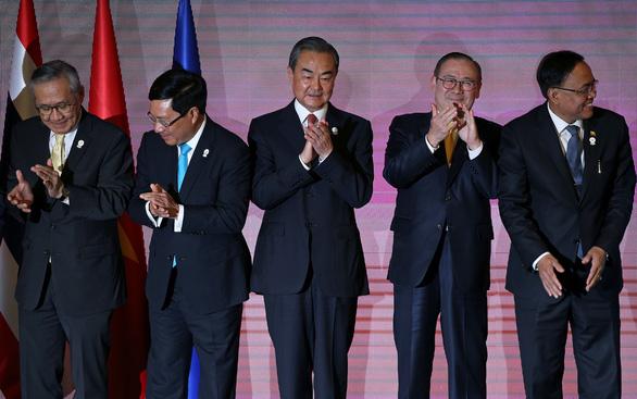 Ngoại trưởng Việt Nam cùng ASEAN và Trung Quốc nói chuyện Biển Đông - Ảnh 1.