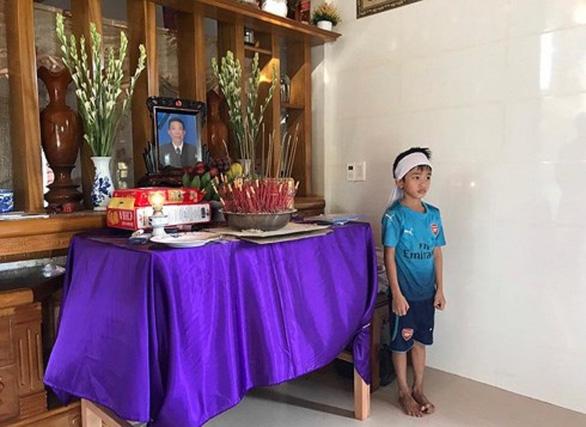 3 gia đình ngư dân Quảng Bình mất tích lập bàn thờ người thân, 1.000 tàu vẫn đi tìm - Ảnh 1.