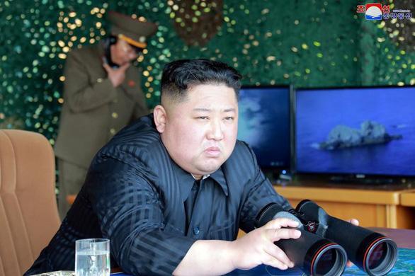 Triều Tiên có tên lửa dẫn đường mới, ông Kim Jong Un xem bắn thử - Ảnh 1.