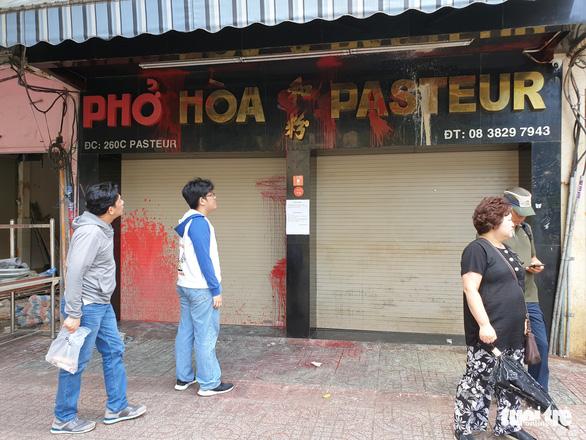 Bị tạt chất bẩn liên tục, quán phở Hòa ở Sài Gòn tạm đóng cửa - Ảnh 2.