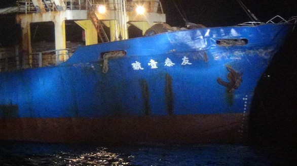 Tàu chiến Trung Quốc đâm móp tàu hàng Đài Loan - Ảnh 1.
