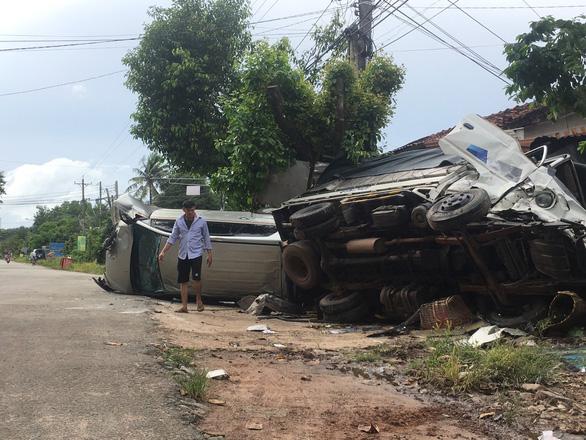 Xe hơi tông xe tải, 2 xe lật ngang, dân đập cửa kính cứu 5 người - Ảnh 1.