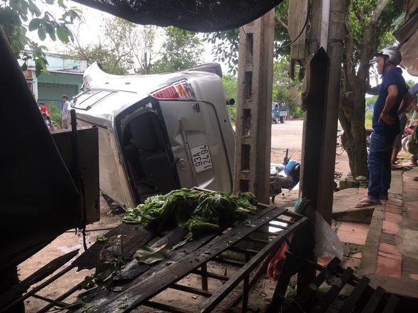 Xe hơi tông xe tải, 2 xe lật ngang, dân đập cửa kính cứu 5 người - Ảnh 3.