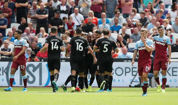 Sterling lập hat-trick, M.C đại thắng West Ham trận ra quân - Ảnh 1.