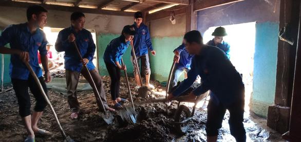 Hàng nghìn đoàn viên, thanh niên giúp dân dọn dẹp sau lũ - Ảnh 5.