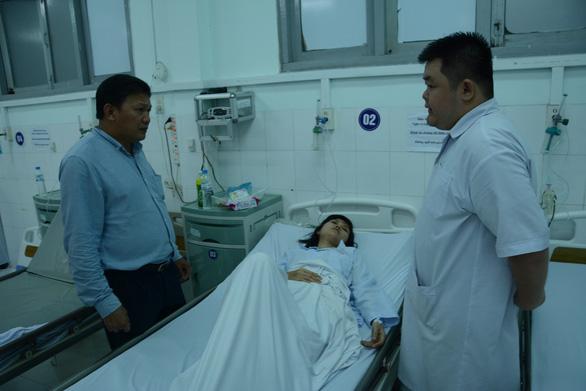 Tiếp tục tìm kiếm 2 du khách mất tích trong vụ sóng biển cuốn - Ảnh 2.