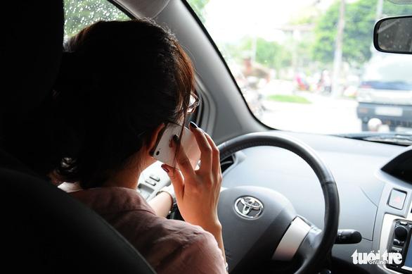 Hãy ghi hình tố giác tài xế dùng điện thoại khi lái xe - Ảnh 1.