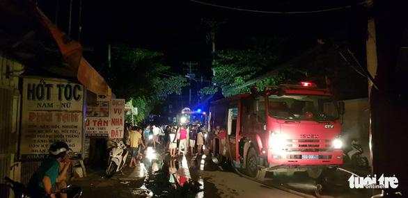Công ty may mặc ở Hóc Môn cháy lớn trong đêm - Ảnh 3.