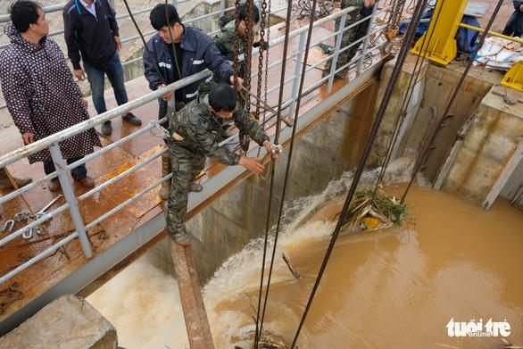 Van thủy điện Đắk Kar bị kẹt đã sửa xong, lên xuống được - Ảnh 1.