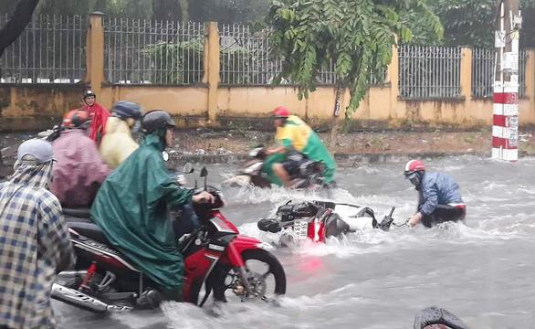 Bao giờ hết cảnh nước tuôn như thác làm trôi xe, té người khi mưa lớn? - Ảnh 1.