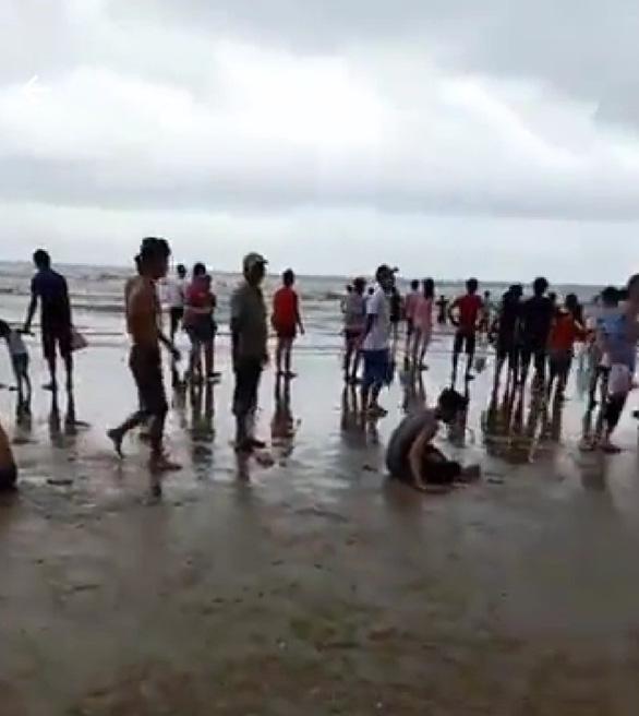 Tiếp tục tìm kiếm 2 du khách mất tích trong vụ sóng biển cuốn - Ảnh 1.