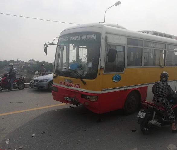 Xe buýt lấn làn, đâm thẳng hai nam sinh đi xe máy ngược lại - Ảnh 1.