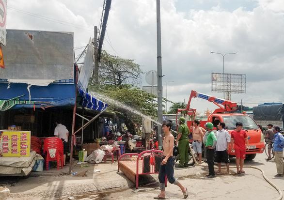 TP.HCM: Cháy tiệm sửa xe giữa trưa, cả khu phố náo loạn - Ảnh 1.