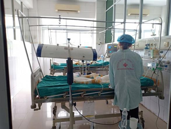 Tình hình sức khỏe 3 trẻ bị bỏng do cồn: Bác sĩ bảo chưa nói trước được - Ảnh 1.