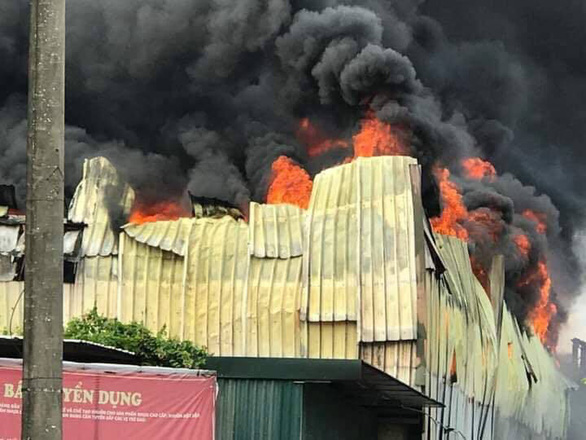 Cháy lớn tại Khu công nghiệp Sài Đồng gần Aeon Mall Long Biên - Ảnh 1.