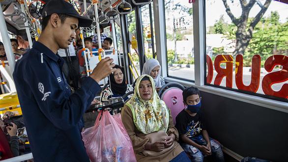 Đổi chai nhựa lấy vé xe buýt, thành phố vừa sạch vừa giảm kẹt xe - Ảnh 1.