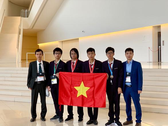 Hai học sinh Việt Nam giành huy chương vàng Olympic tin học quốc tế - Ảnh 1.