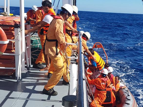 Cứu 6 ngư dân Quảng Bình bị nạn trên vùng biển Hoàng Sa - Ảnh 2.