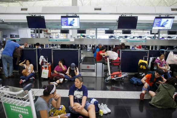 Sân bay Hong Kong tê liệt, Trung Quốc có cớ dùng Vịnh nước lớn - Ảnh 1.