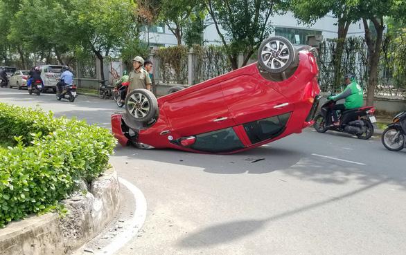 Xe hơi lật ngửa giữa đường, nữ hành khách nhập viện cấp cứu - Ảnh 2.