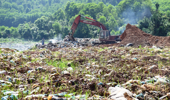 Quảng Nam: Dân ăn cơm phải bịt mũi vì mùi hôi thối từ bãi rác - Ảnh 1.