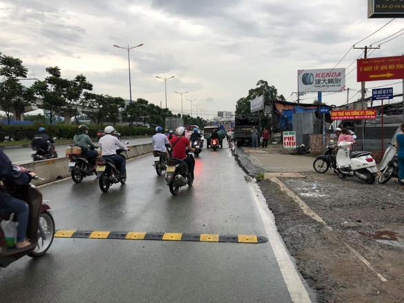 Tháo bỏ gờ giảm tốc gây tai nạn chết người trên xa lộ Hà Nội - Ảnh 1.