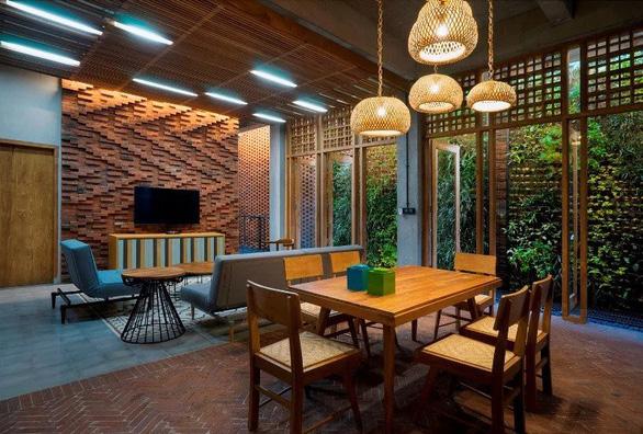 Ngôi nhà gạch xếp truyền thống mà phá cách ở Indonesia - Ảnh 4.