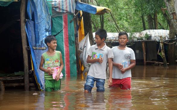 Người dân Phú Quốc chạy lũ xin về nhà để con đi học - Ảnh 1. người dân phú quốc chạy lũ xin về nhà để con đi học - anh-phu-quoc-1-ngay-11-8-4read-only-156557253744851775087 - Người dân Phú Quốc chạy lũ xin về nhà để con đi học