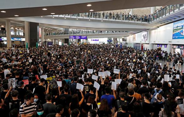 Hãng bay Hong Kong phải đuổi việc nhân viên tham gia biểu tình - Ảnh 2.