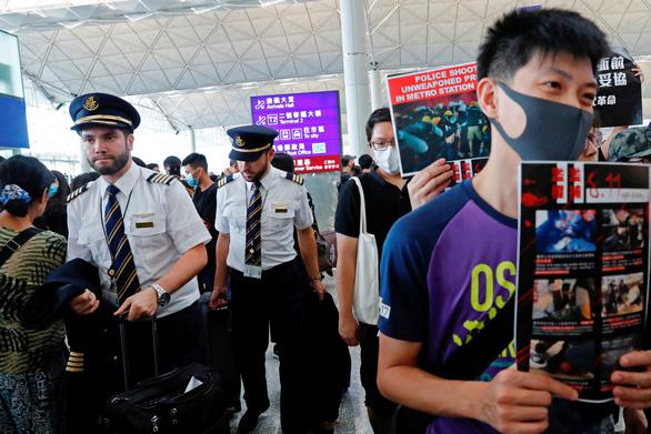 Hãng bay Hong Kong phải đuổi việc nhân viên tham gia biểu tình - Ảnh 1.