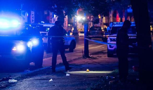 Xả súng vào đám đông trên 100 người đang dự tiệc đường phố ở Chicago - Ảnh 1.