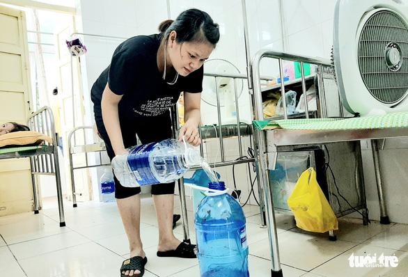 Bệnh viện thiếu nước sạch do ảnh hưởng mưa lũ, bệnh nhân than trời - Ảnh 1.