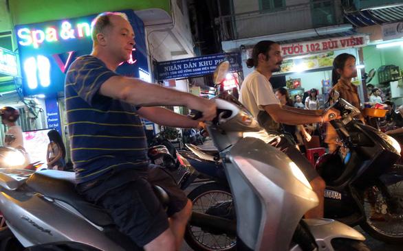 Nghiêm khắc hơn với người nước ngoài phạm luật giao thông - Ảnh 1.